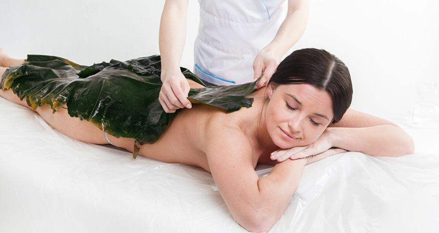 Женщина на процедуре обертывания водорослями
